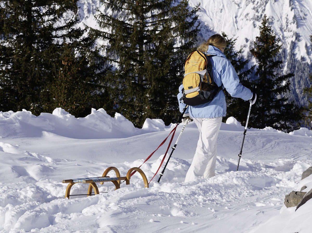 Wandern mit dem Schlitten im Schnee